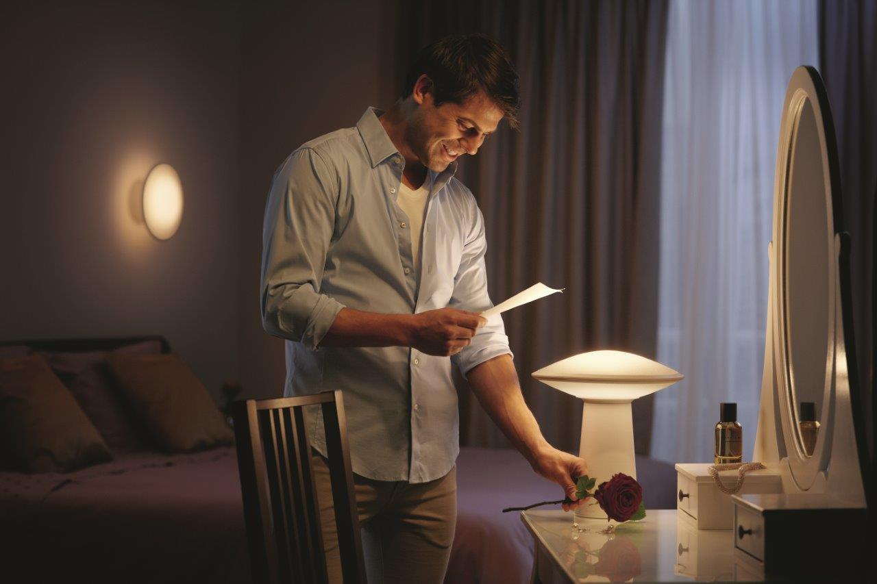 Lighting-Inspiration.com_Hue-Phoenix-Man-reading-Lifestyle